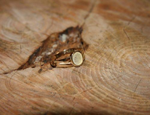 Geel gouden ring met vingerafdruk