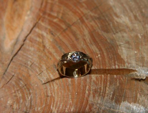 Geel gouden ring gemaakt uit oude ringen
