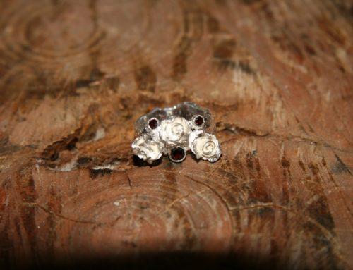 Zilveren ring met roosjes en robijnen