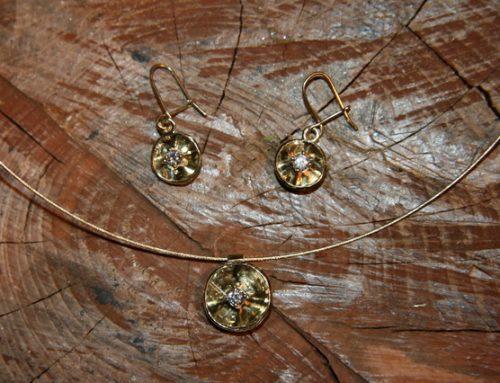 Gouden oorbellen en hanger