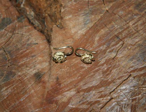 Gouden oorbellen met roosjes