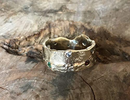 Geel gouden ring gemaakt uit eigen goud met diverse steentjes