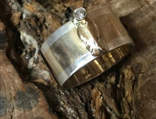 "Geel goud met zilveren ""kind"" ring met briljant"